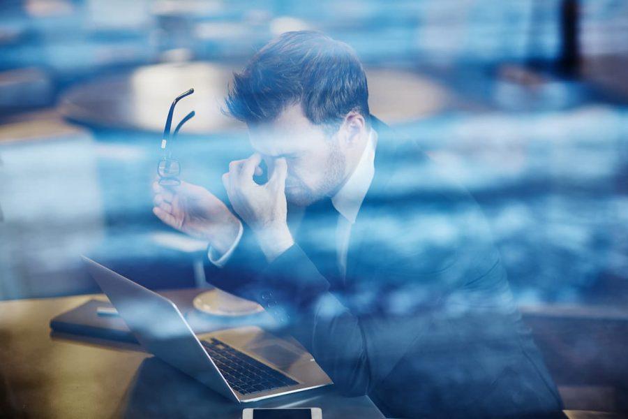 Homem estressado porque perdeu o número do recibo de entrega da declaração do IRPF