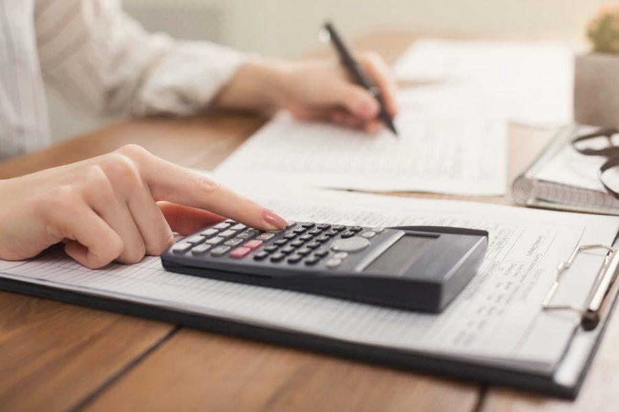 Mulher fazendo o cálculo do imposto de renda